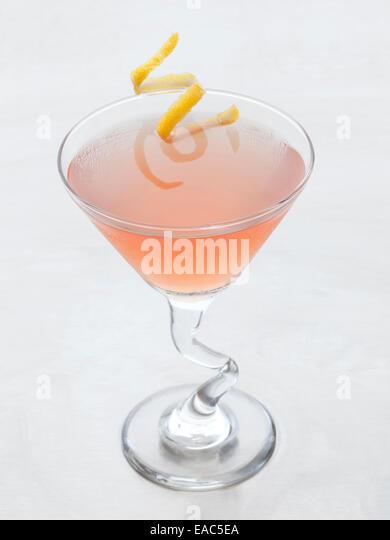 Cosmopolitan mit Zitrone Zitronenschale garnieren Stockbild