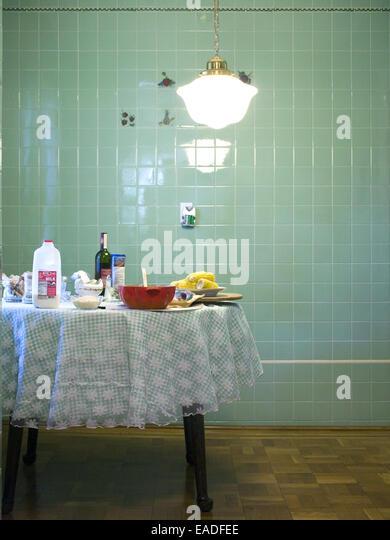 Tisch mit Essen in der Küche Stockbild