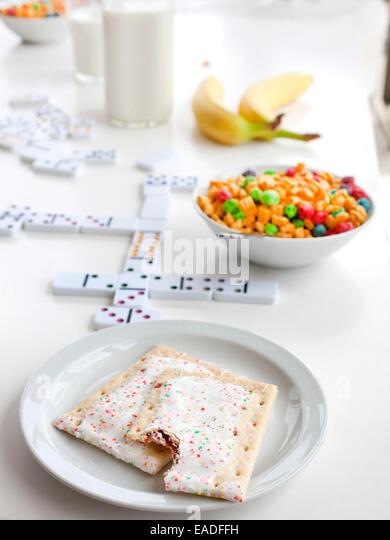Pop Tarts und Frühstück am Tisch mit Spiele Stockbild