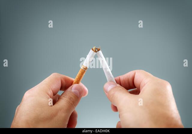 Brechen eine Zigarette Stockbild