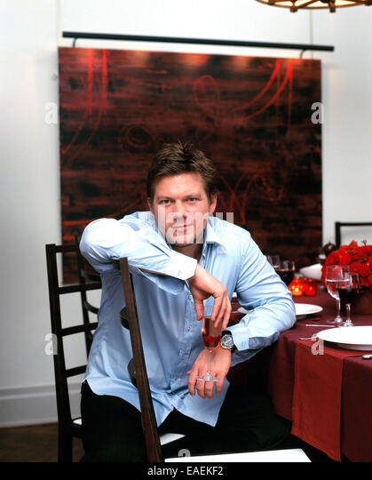 TV-Starkoch Tylor Florenz sitzt am Esstisch Stockbild
