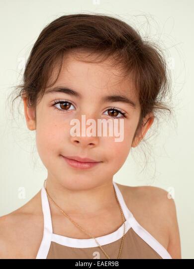 Porträt eines 6-jährigen Mädchens Blick in die Kamera zu schließen Stockbild