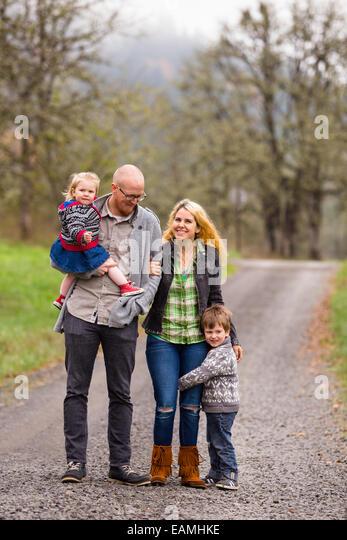 Familienfoto von Mutter, Vater und ihre zwei Kinder einen junge und ein Mädchen im Freien im Herbst. Stockbild