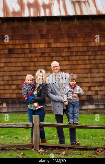Familie Lifestyle Portrait von Mutter, Vater, Sohn und Tochter vor eine rustikale Scheune im Land. Stockbild