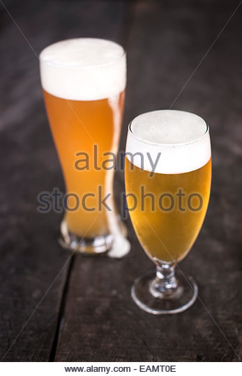 Gläser Bier auf rustikale Oberfläche des Holzes. Stockbild