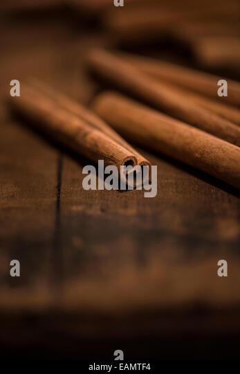 Ganze Zimt-sticks auf rustikale Oberfläche des Holzes. Stockbild