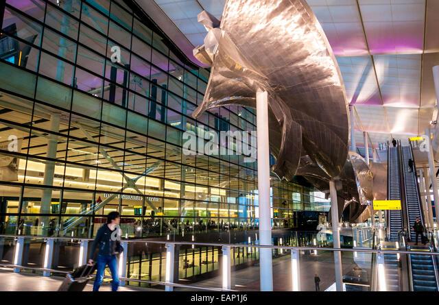 Zwei internationale Ankünfte Abflüge Terminalhalle am neuen Terminal am Flughafen London Heathrow Stockbild