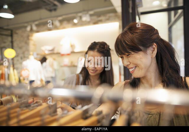 Mutter und Tochter auf eine shopping-Tour. Stockbild