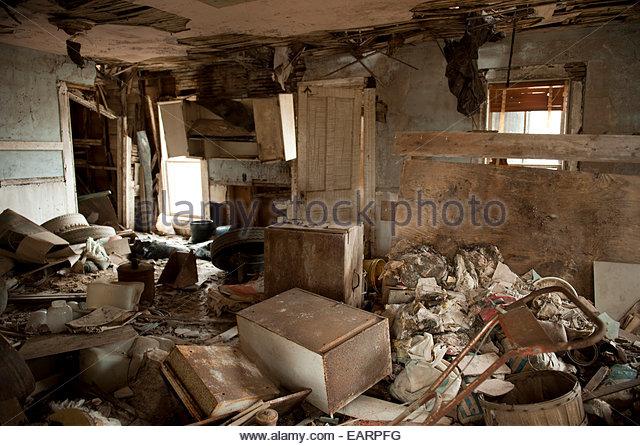 Ein verlassenes Haus mit Müll gefüllt. Stockbild