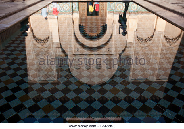 Das Reflexionsbecken innen Madrasah Ben Yousef. Stockbild