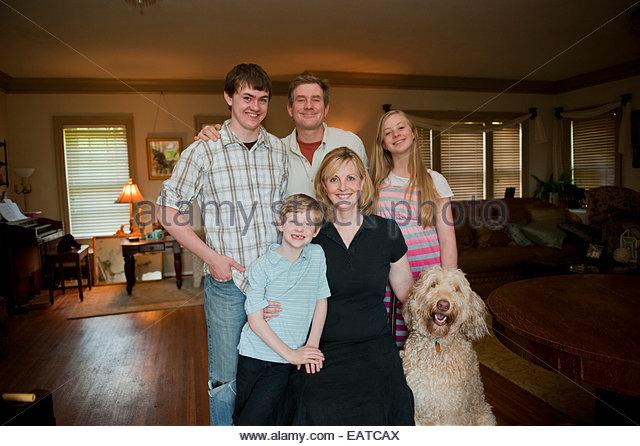 Eine Familie posiert für ein Porträt. Stockbild