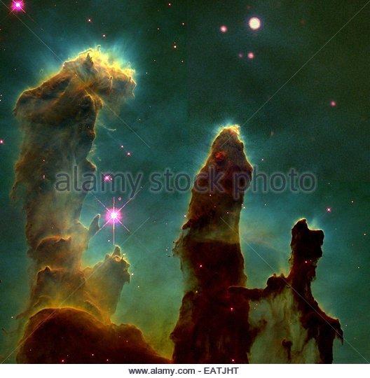Die Säulen der Schöpfung steigen Lichtjahren innerhalb der Adlernebel. Stockbild