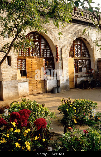 Eingang zum traditionellen Shanxi-Haus mit Garten am Rande der alten Stadt am gelben Fluss (Huang He) Stockbild