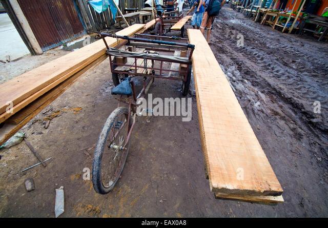 Ein Dorf-Bike verwendet, Holzlatten, die Reduzierung von Regenwald Bäume auf Baustellen zu transportieren. Stockbild