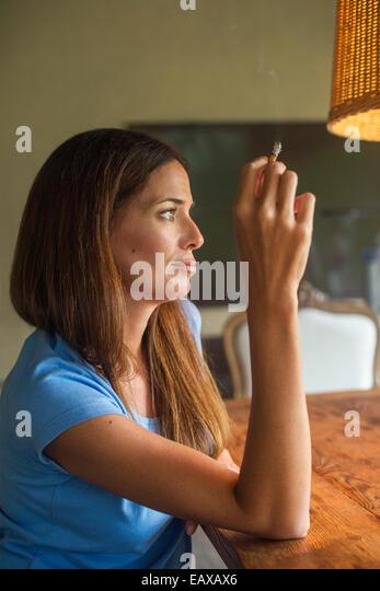 Frau genießt Zigarette Stockbild