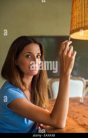 Frau mit Zigarette entspannen Stockbild