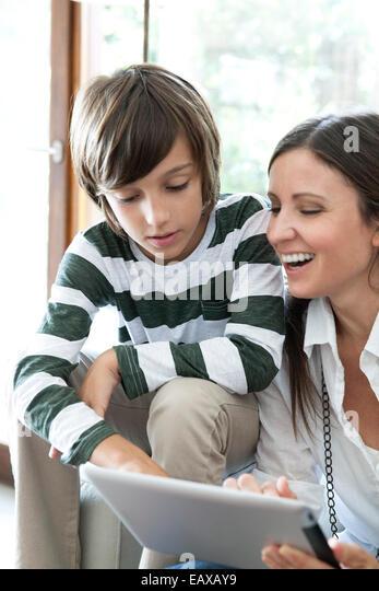 Mutter und Sohn mit digital-Tablette zusammen Stockbild