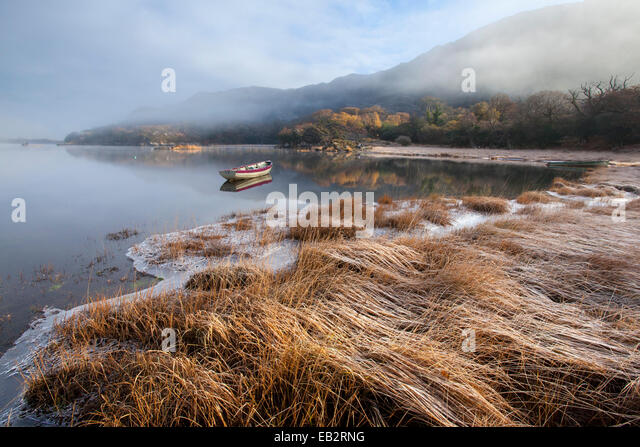 Frostigen Wintermorgen am Ufer des oberen Sees, Killarney National Park, County Kerry, Irland. Stockbild