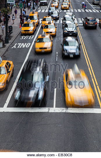 Taxi Cabs Rennen quer durch 42nd Street in Manhattan Stockbild