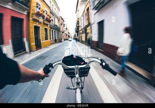 Hand, die Lenker auf Fahrrad Stockbild