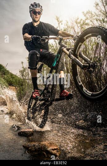 USA, Colorado, Mountainbiker, Reiten durch stream Stockbild