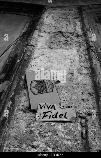 Ein Plakat an einer verfallenden Wand in Havanna Kuba Fidel Castro zu unterstützen. Stockbild