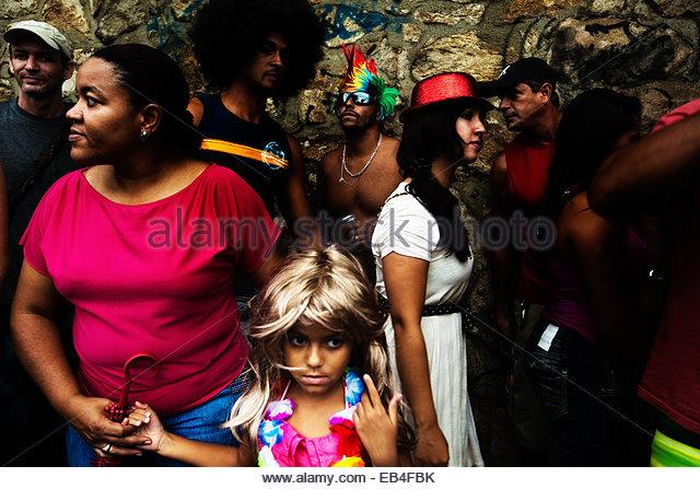 Ein junges Mädchen das Tragen einer Perücke während Brasiliens jährlichen Karneval in Rio De Stockbild