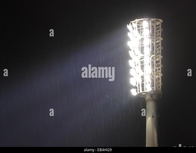 Stadion-Flutlicht leuchtet in der Nacht Stockbild