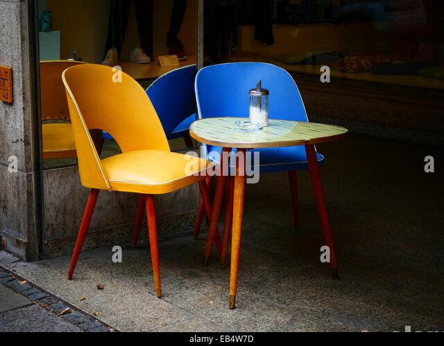 Nostalgie nostalgische Tisch und Stuhl auf Bürgersteig-Coffee-shop Stockbild