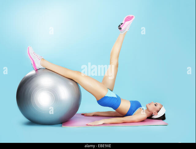 Aerobics. Sportlerin im Sportverein mit Fitness-Ball Stockbild