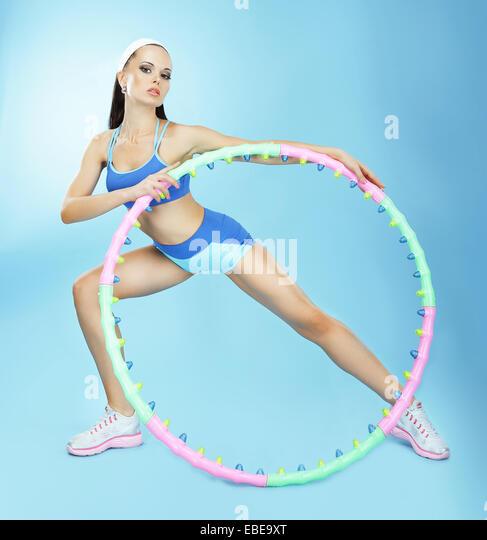 Gymnastik. Fit Woman Hoop im Fitnessclub Stockbild