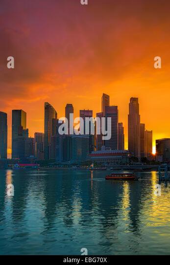 Blick auf Singapur Skyline bei Sonnenuntergang Stockbild