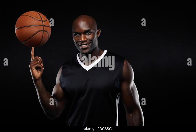 Porträt von glücklich jungen afrikanischen Athleten Basketball am Finger zu balancieren. Zuversichtlich Stockbild