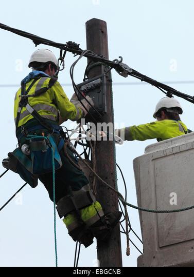 Zwei macht Versorgungsmaterial Arbeiter elektrische Kabel zu ersetzen. Stockbild