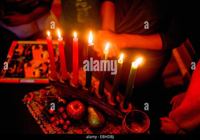 Familie feiern Kwanzaa, erhöhten Blick Stockbild