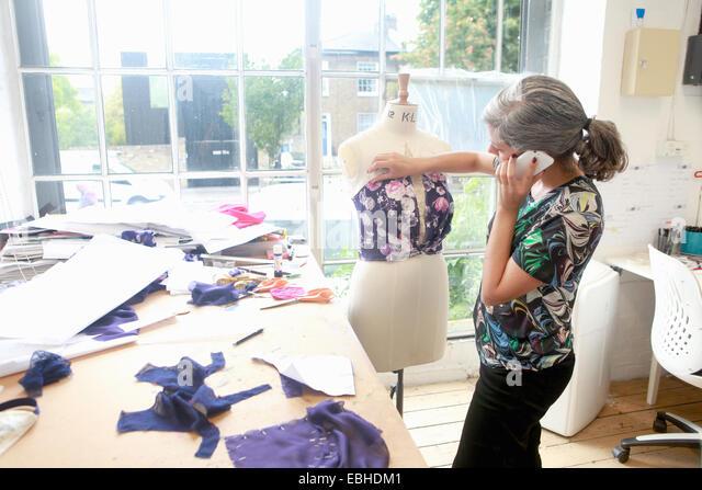 Designer auf Smartphone arbeiten im studio Stockbild