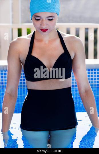 Junge Frau im Swimming Pool mit Blick nach unten, Milna, Brac, Kroatien Stockbild