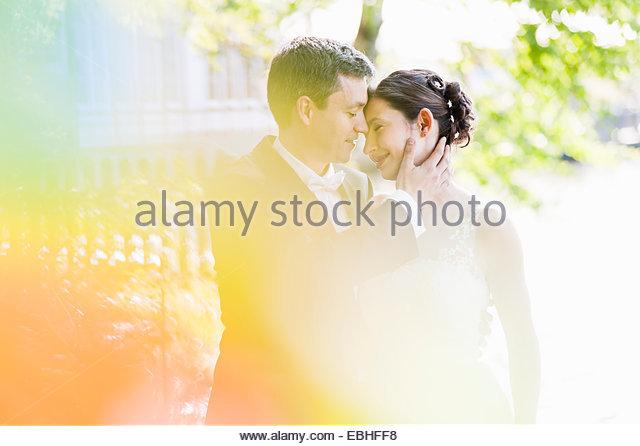 Romantische Frischvermählten Mitte erwachsenes paar im park Stockbild
