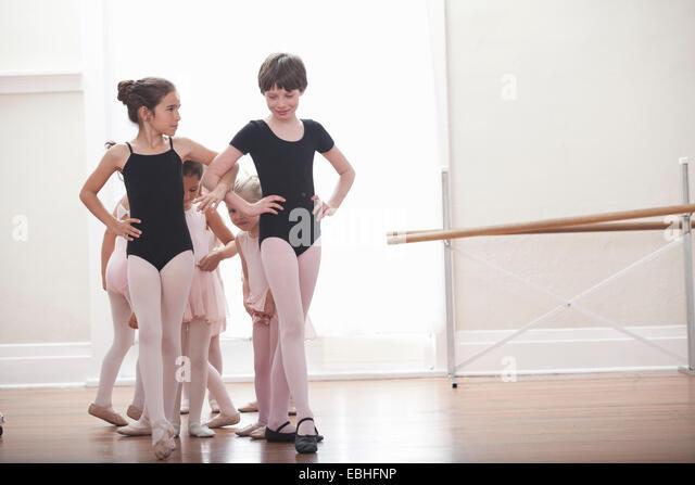 Gruppe von Mädchen mit Händen auf den Hüften in der Ballettschule üben Stockbild