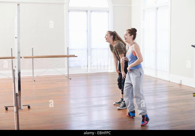 Zwei Mädchen im Teenageralter tun Aufwärmen Tanz in Ballett-Schule Stockbild
