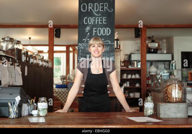 Porträt von weiblichen Verkäuferin in Land-laden-café Stockbild