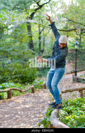 Mann, balancieren auf Garten-Einfassung Stockbild