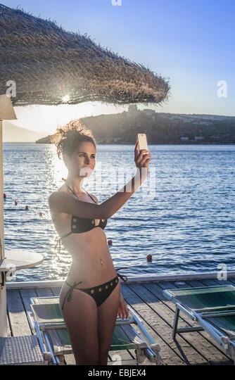 Junge Frau nehmen Selfie auf Ferien Stockbild