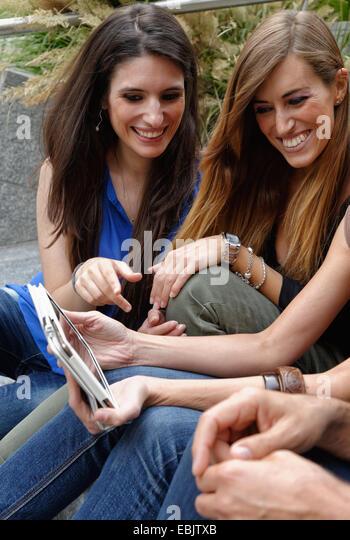 Gruppe von Freunden auf digital-Tablette Stockbild