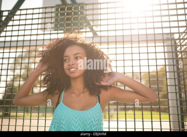 Porträt der jungen weiblichen Basketball-Spieler mit Hände in den Haaren Stockbild