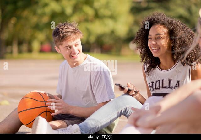 Gruppe der jungen Erwachsenen Basketball-Spieler sitzen im Chat Stockbild