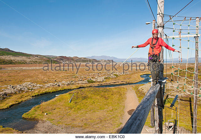 Teenager, balancieren auf Holzbrett Stockbild