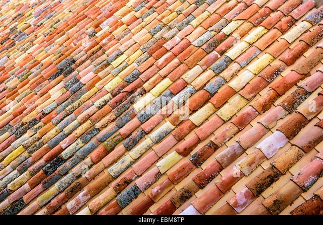 Red roof tiles stockfotos red roof tiles bilder alamy for Spanische fliesen