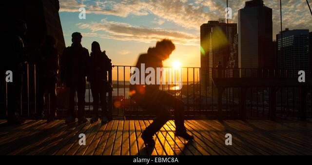 Man tanzt auf der Terrasse bei Sonnenuntergang, Midtown Manhattan, New York City, New York State, USA Stockbild