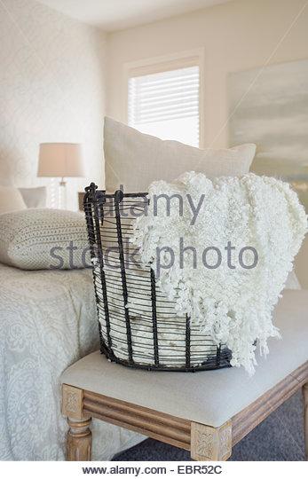 Kissen und Decke im Schlafzimmer Drahtkorb Stockbild